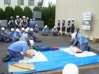 徳島西消防署の指導による一次救命訓練の様子