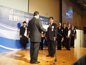 表彰を受ける当社取締役 長尾浩志