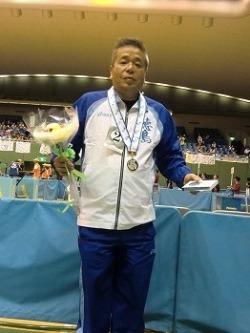 銀メダルを獲得した品質保証部の齋藤社員